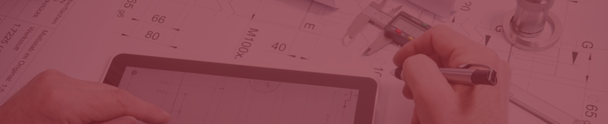 Tablet, Planungsunterlagen und Messschieber auf einem Tisch